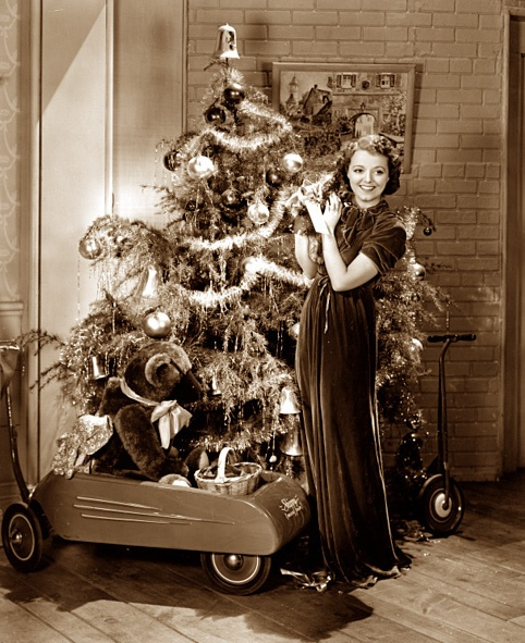 An elegant, generously sized holiday tree, plenty of toys, and even a darling little kitten were all in the Christmas cards for actress Janet Gaynor in the 30s.