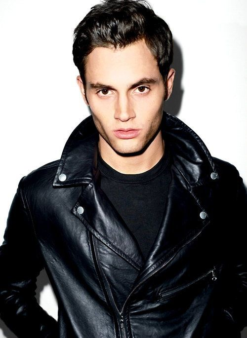 CelebriTEES: Gossip Girl star, Penn Badgley, looks extra cool with his black tee pairs with a sleek leather jacket.