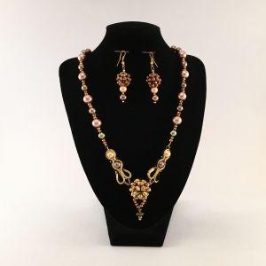 Elegancka kolia z pereł muszlowych w komplecie z kolczykami.