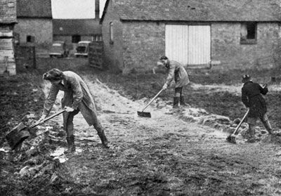 Land girls in WWII working at Frances Donaldson's farm - Gypsy Hall
