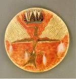 Bouclier Lakota, vers 1870, biblio 2, p 109. Peau tannée, peintures naturelles, plumes, bois, 45 cm de diamètre. Les motifs du bouclier, dont les sujets étaient révélés habituellement à l'artiste au cour d'une vision, comprenaient généralement différents accessoires ajoutés à la peinture elle-même. Les compositions étaient dominées habituellement par des dessins agressifs qui remplissaient la plus grande partie du bouclier comme cet oiseau magique qui déclenche le tonnerre en battant des ...