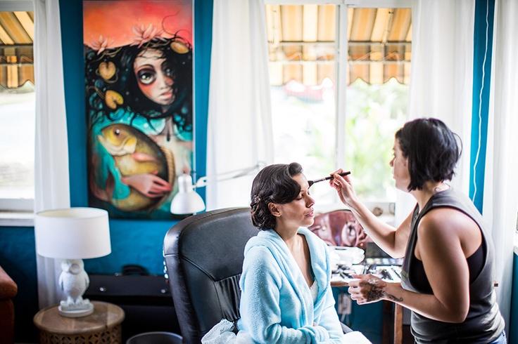 Bruid in de make-up voor haar grote dag, trouwen, voorbereiden huwelijk #bruidsfotograaf #bruidsfotografie Dario Endara