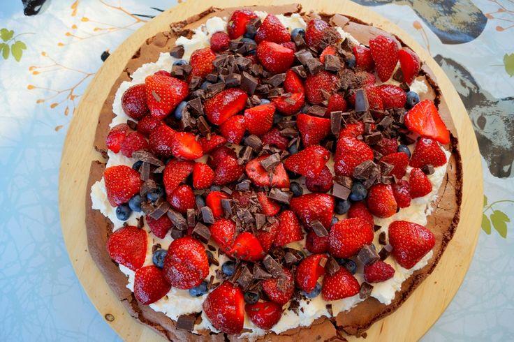 Chokolade Pavlova med flødeskum og bær. En nem bund af kun tre ingredienser som er pyntet med sommerens bær, flødeskum og mørk chokolade.