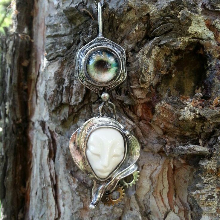"""MATKA+nebo+pouhá+""""matka""""+Tento+šperk+byl+vytvořen+do+soutěžeklubuTvoříme+šperky+z+cínu+na+témaPrůmyslovárevoluce.+Průmyslová+část+šperku+je+velká+matka,+do+které+jsem+vsadila+skleněný+kabošonek+ztvárňující+oko.+Další+čáarí+je+keramická+bílá+hlavička+s+dvěmi+ozubenými+kolečky+stříbrné+a+zlatavé+barvy.Celkově+je+šperk+stříbrný+s+patinou.Na..."""