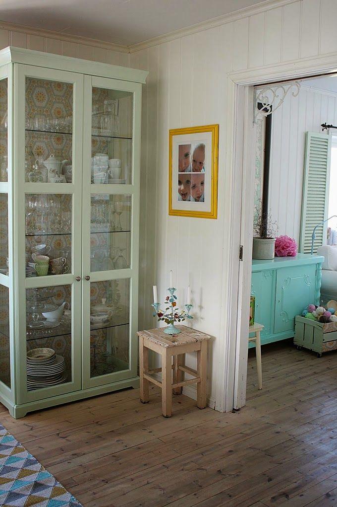 House of Turquoise: me gusta el mueble vidriado tipo vitrina!!