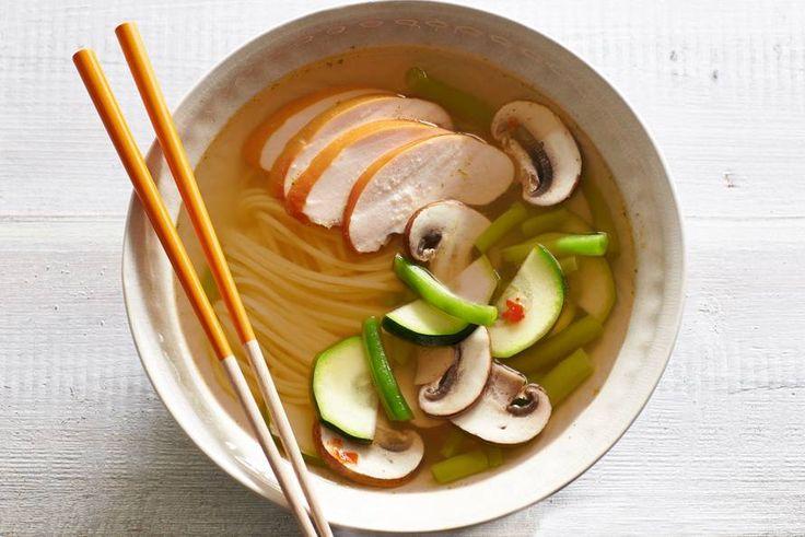 Snelle oosterse maaltijdsoep met lekker veel groenten - Recept - Noedelsoep met kipfiletplakjes - Allerhande
