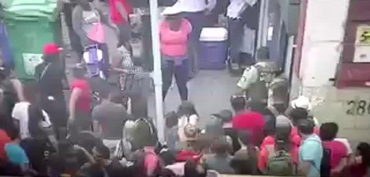 Turba de comerciantes y transeúntes atacan a pareja de carabineros en el barrio Meiggs - BioBioChile