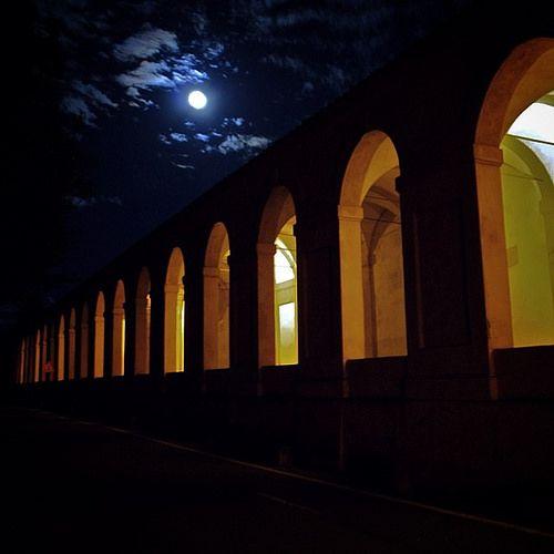 @mirehoracio La luna piena sulla via di San Luca. Buonanotte