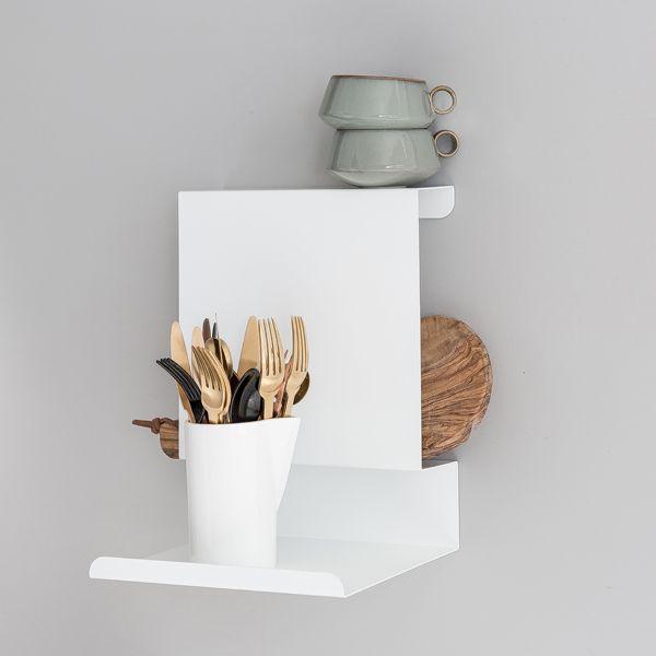 Veggreol i smart og tidløst design av Anne Linde. Gjør reolen til din egen med dine ting. Bruk den ved siden av sengen som nattbord eller i stuen ved siden av den gode lenestolen. Ledge:able er genial i hjem med liten plass, da den uten å fylle, er funksjonell og har plass til mye oppbevaring.  Materiale: Pulverlakkert stål Mål: B: 250 H: 330 D: 230 mm