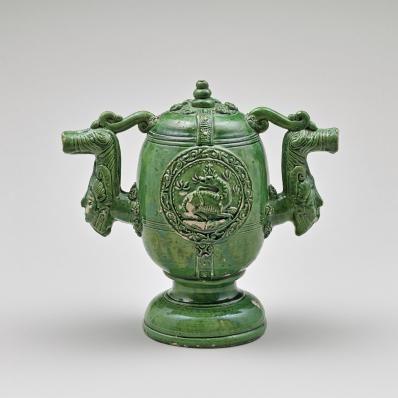 Salle de la céramique française: Pot trompeur de Saintonge à la salamandre, XVI°s, anonyme. Les parois de l'oeuvre sont illustrées d'une salamandre et de l'autre côté d'un aigle impérial, allusion à Eleonore d'Autriche.