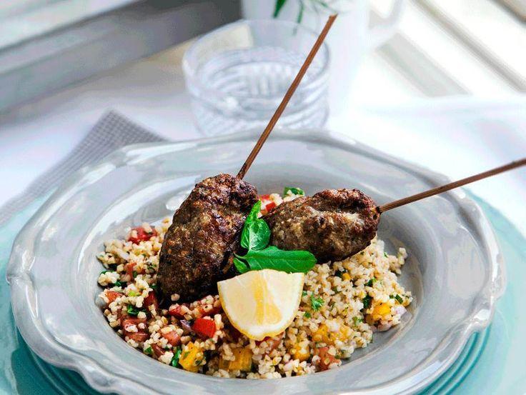 Lammfärsspett tillagade i ugn med en arabisksallad, tabbouleh, med bla bulgur, kryddor och grönsaker.
