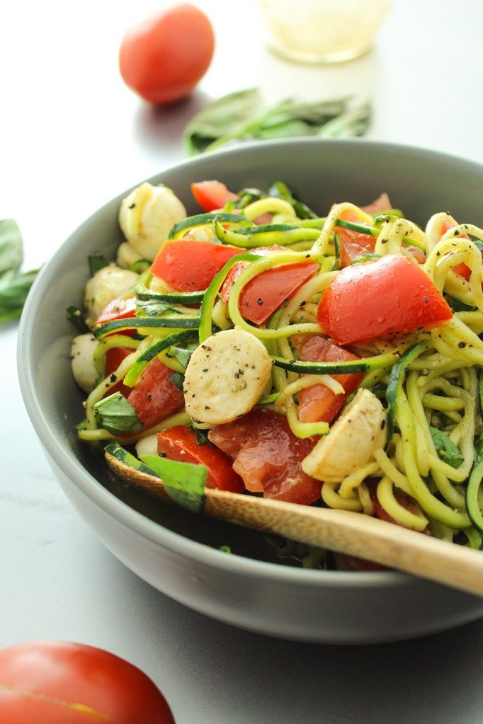 Amazing summer zucchini noodle dish with tomatoes and mozzarella – in an easy, mason jar olive oil dressing. Comes together in 15 minutes!