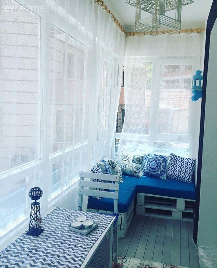 Marin temalı, mavi ve beyaz bir balkon hayal eden Yelin hanım, neredeyse tamamını kendi emekleri ile yaptıkları balkonlarına yazlık mekan ruhunu getirmiş.  Sunum tahtalarından süslü kapı önü tabelal...