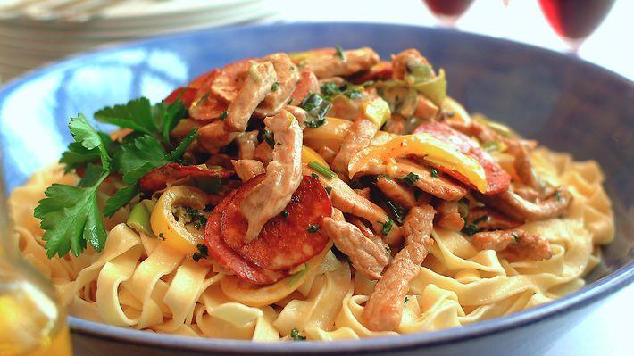 Pasta og svinekjøtt i en kremet saus med pepperoni som krydder. Populær rett som er rask og grei å lage.