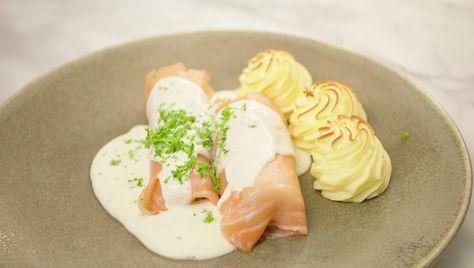 Dit is een variatie op het klassieke witloof met ham en kaas. Gebruik prei in plaats van witloof, doe kruidenkaas in de saus, vervang de ham door gerookte zalm, geef er bijzondere hertoginaardappelen bij en je hebt een feestmaaltijd.