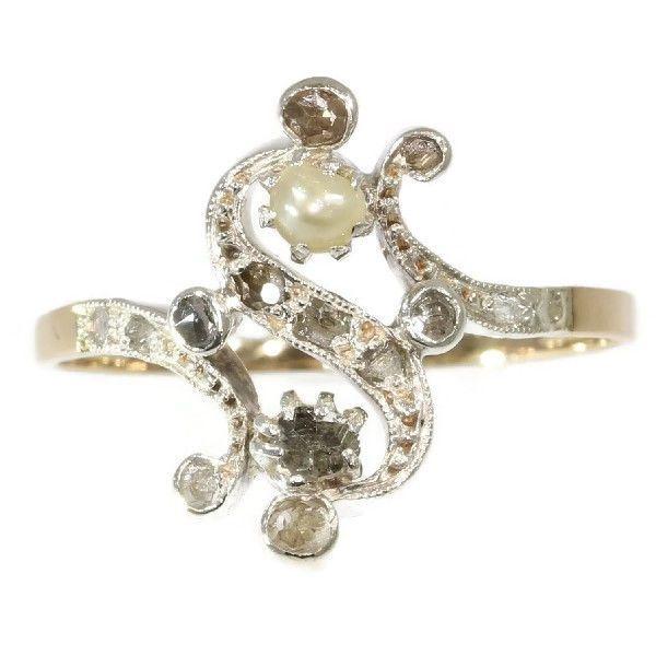 """Late Victoriaanse Romantisch ' Toi et Moi' geïnspireerd diamond en pearl gouden ring  Soort juweel: ringConditie: zeer goedLand van herkomst: waarschijnlijk BelgiëStijl: De Late VictoriaanseEra: ca. 1890Geïnspireerd door: Toi et MoiThemagebied: Toi et Moi ring - de Fransen noemen deze vorm van ringen """"Toi et Moi"""" wat betekent """"You and me"""".Materiaal: 18 K geel en wit goud (toetssteen getest)Diamanten: 14 senaille en roos geslepen diamanten. Een senaille is een vereenvoudigde roos geslepen…"""