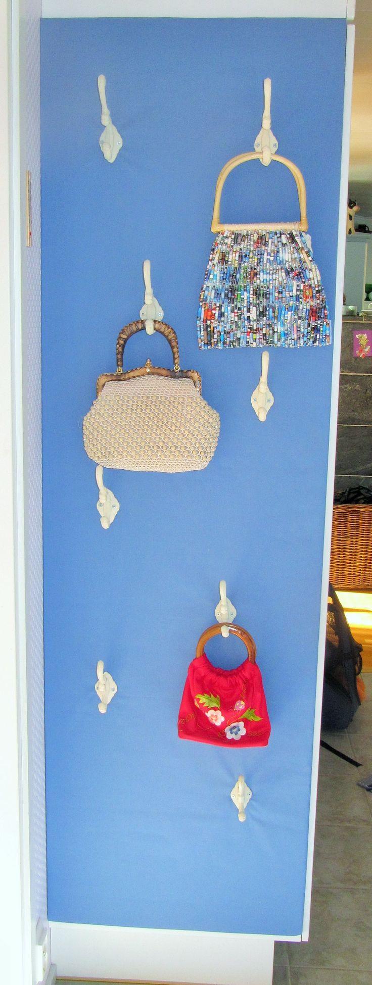 Kaapin päätyyn rakennettu käsilaukkuseinäke