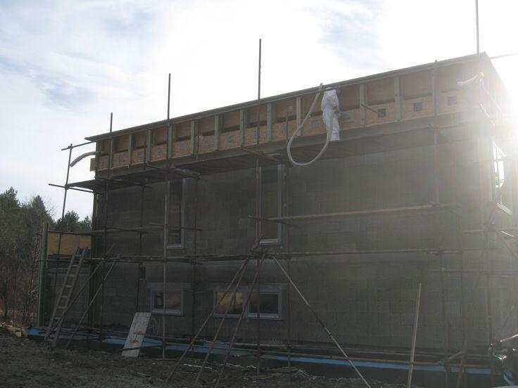 Aplikácia fúkanej celulózovej tepelnej izolácie ClIMATIZER PLUS do strechy.