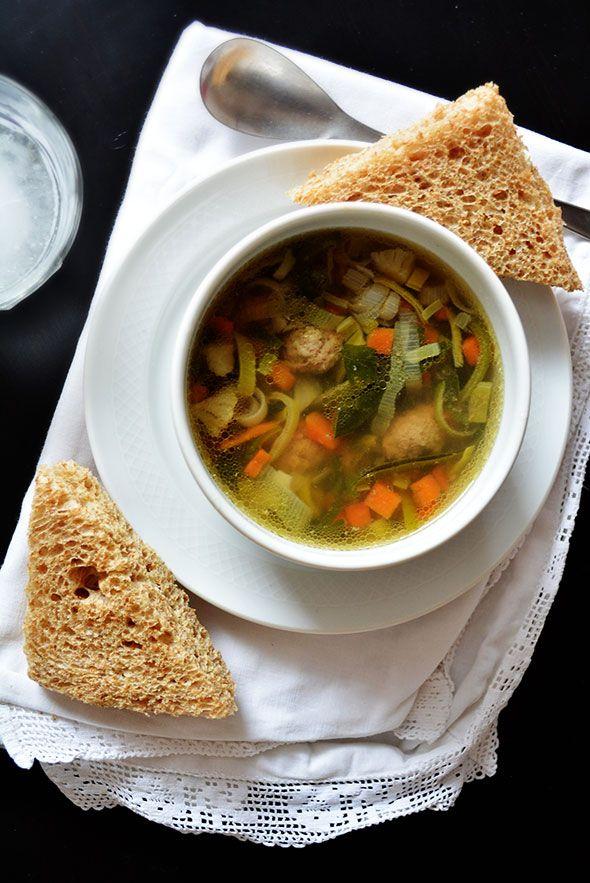 MAKKELIJK VERSE GROENTESOEP… MÉT BALLEN ● Eet jij nog soep uit blik? Soep uit blik bevat vaak te weinig vitaminen en te veel zout. Met een zak voorgesneden soepgroente van € 1,- maak je in een handomdraai een lekker vers soepje. Bekijk het recept: http://hallosunny.blogspot.nl/2015/04/verse-groentesoep-maken.html