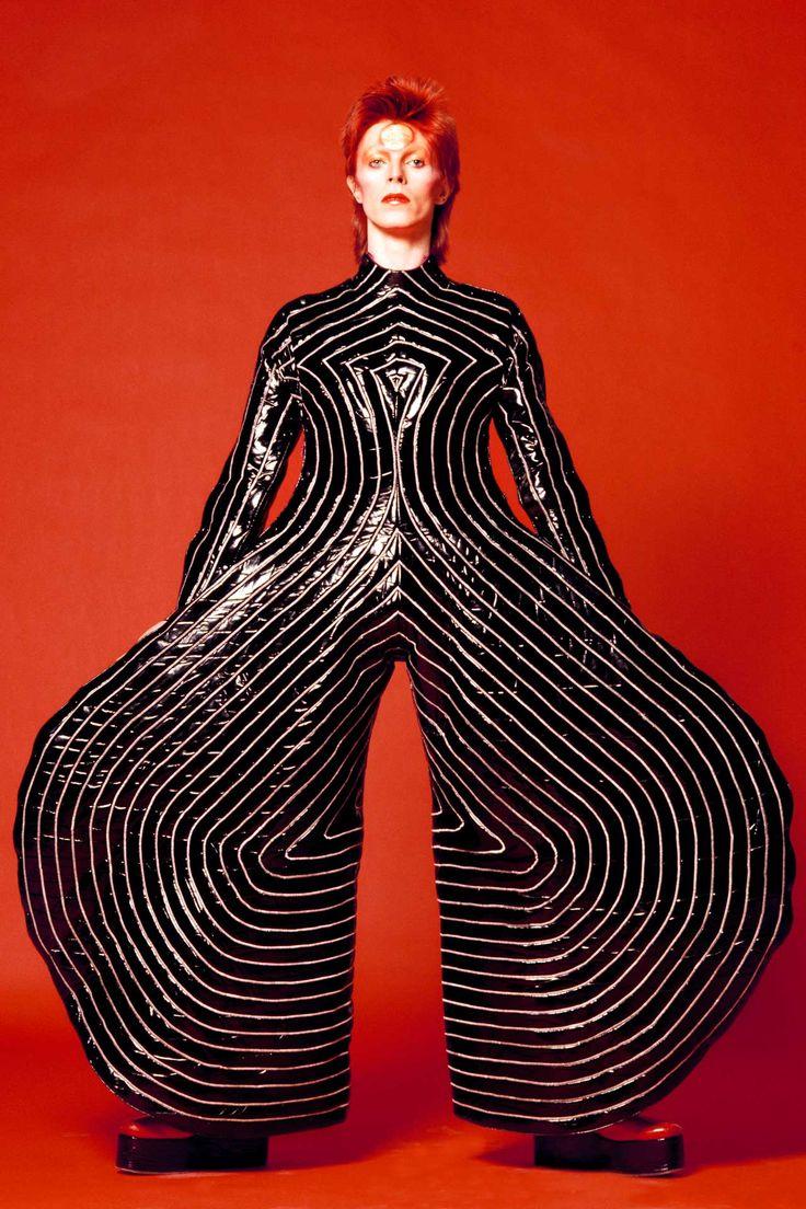 Esta segunda-feira amanhecemos com uma notícia triste: David Bowie, 69 anos, faleceu após lutar contra um câncer. Dizer que o britânico era apenas ummúsico genial(na sexta-feiratinhaacabado de lançar seu 25º álbum, Blackstar) é muito pouco, já que desde o início da carreira vem se destacando também no mundo das artes, cinema e da moda. Além …