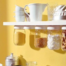 Utilizzate anche lo spazio sotto alla mensola per i vostri barattoli di vetro: un'idea bella e utile! OccorrenteBarattoli di vetro con tappi a vite di metallo o di plastica; mensola di legno; viti; ca