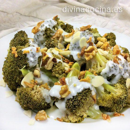 brocoli con salsa de queso y frutos secos