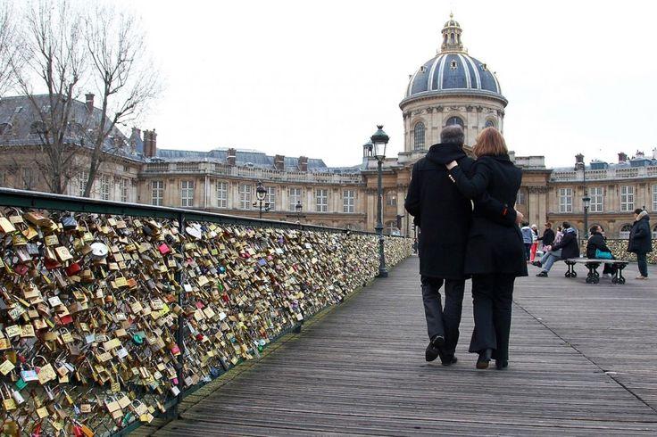 Pont des Arts, París Si la torre Eiffel es la torre más romántico de la ciudad, el Pont des Arts es apodado el puente más romántico. Con el impresionante río Sena como telón de fondo, no es ninguna sorpresa que es lugar de otro amante favorito en París. Paseando por el puente peatonal mientras mantiene las manos y disfrutando de vistas de la Ile de la Cité, el Louvre y Notre Dame deberían estar en la lista de cubo de cada pareja. Innumerables Lovelocks adornan el lugar.