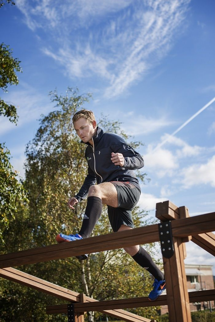 Sprzęt treningowy do siłowni zewnętrznej: Drewniana równoważnia skośna wysoka.