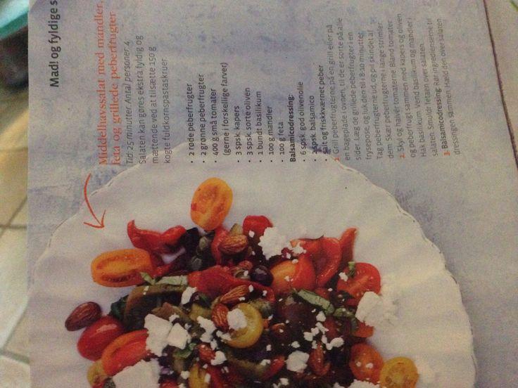 Tomatsalat, med bagte peberfrugt og tomater, friske tomater, feta, lakridsmandler, basilikum, kapers, oliven og balsamico