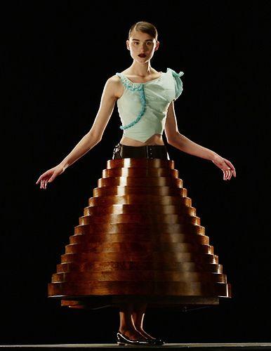 """Hussein Chalayan - Collection """"After Words"""" - Automne 2009. Robe table en bois. Hussein Chalayan fait partie de ses ovnis de la mode comme le duo Viktor & Rolf, la maison Martin Margiela, ou en..."""