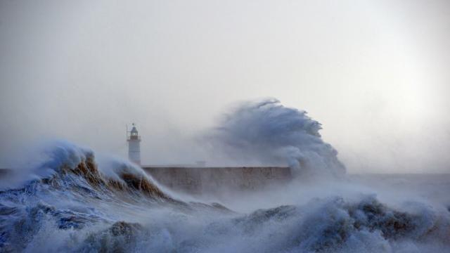 08/02/2016 La tempête Imogen frappe l'Ouest et le Nord de la France, mais aussi les côtes Sud de l'Angleterre, comme ici à Newhaven.