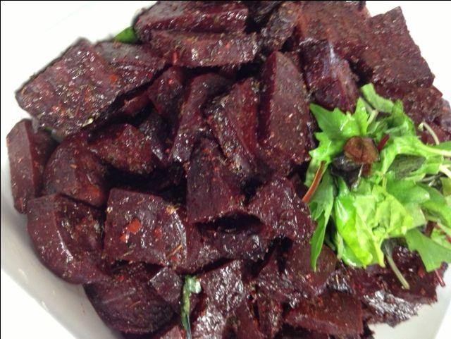 Bagte rødbeder med timian og hvidløg smager godt, og de er fantastiske i smag og farve. Rødbederne passer til alle slags kød, varme som kolde.De er super sunde og retten indeholder ikke mange kalorier. Der er ca. 160 kcal. pr portion