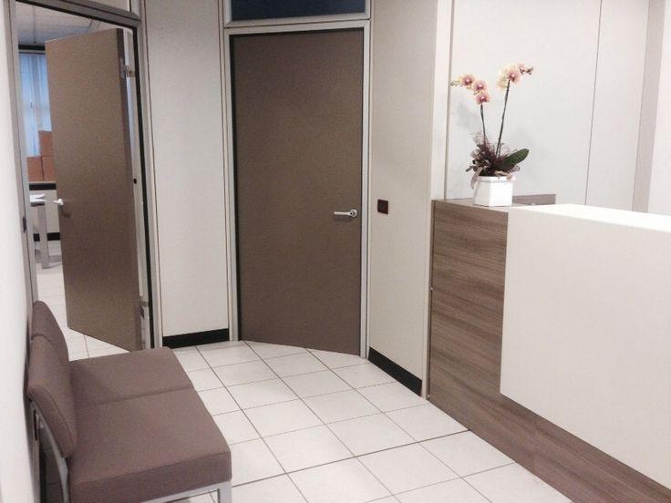 #realizzazione di #zona #reception con #bancone e #divanetto #attesa #zetaoffice ha curato inoltre la scelta del #colore delle nuove #porte