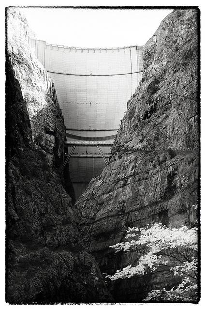 La diga del Vajont, Italia. Ancora intatta dopo la catastrofe del 1963.