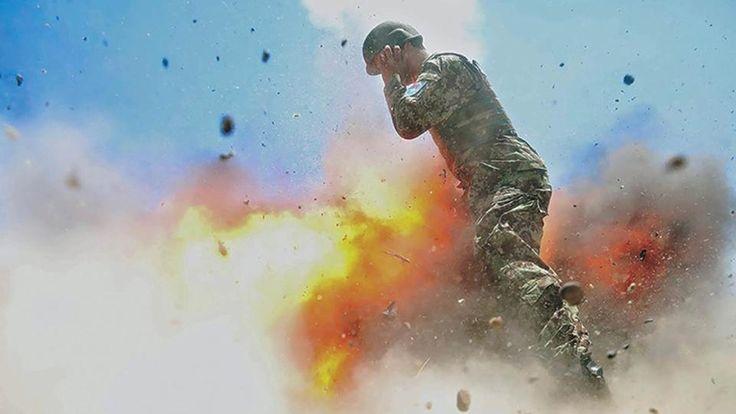 Es wird und wurde viel darüber diskutiert, ob es richtig war, dieses Bild zu veröffentlichen. Denn die Fotografin drückte in der Sekunde auf den Auslöser, in der sie selbst sterben wird. Hilda Clayton wollte am 2. Juli 2013 eine Militärübung in Afghanistan fotografieren - doch versehentlich explodierte dabei eine Granate direkt vor ihr. Clayton, ihr afghanischer Schüler und zwei afghanische Soldaten starben bei dem Unglück.   Bildquelle: US Army/ZUMA Wire/dpa