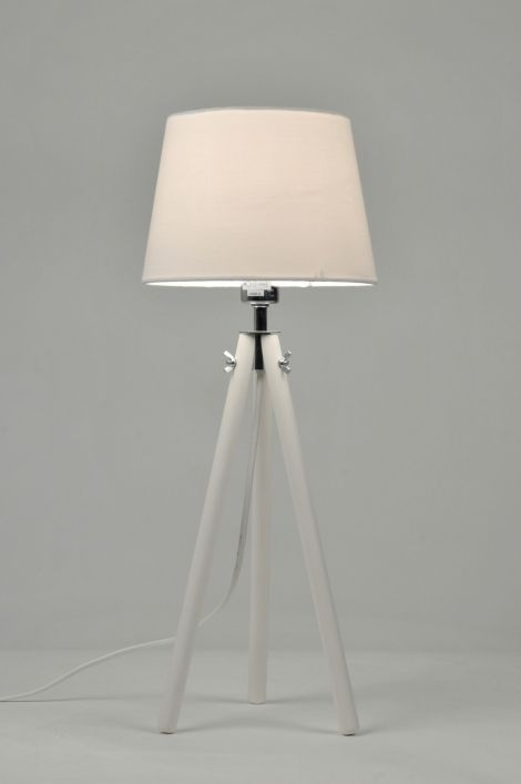 Artikel 86951 Leuke tafellamp in het wit met houten 3-poot. De stoffen kap is wit van kleur. De details van deze lamp zijn uitgevoerd in chroom. Aan het snoer zit een schakelaar om de lamp mee te bedienen.Een mooie lamp voor op de tafel maar ook voor andere plaatsen in uw interieur! Geschikt voor: 1x max. 40 watt E14 230V gloeilamp of energiezuinig (excl.). http://www.rietveldlicht.nl/artikel/tafellamp-86951-modern-retro-chroom-hout-stof-wit-rond