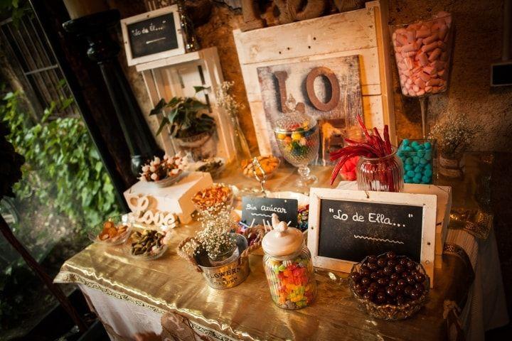 El candy bar se impone con fuerza en todo tipo de bodas, desechando la idea de que los dulces son solo para los niños. ¿Quieres montar una mesa para los más golosos? Será una de las principales atracciones de tu banquete nupcial. ¡Palabra!