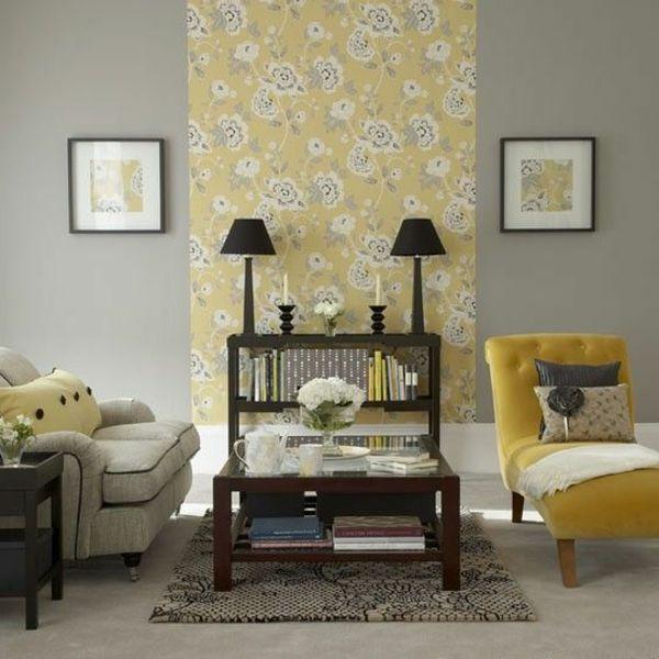 Wohnzimmer mit teilweise gelbe Tapete mit floralen Motiven und ...