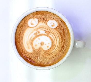 Latte Art: Podívejte se, jak maluje na kávu čerstvý mistr České republiky