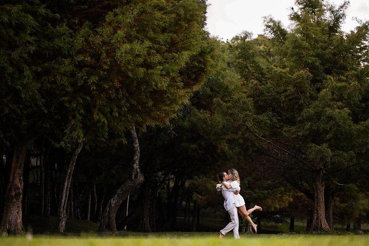 Foto de casal se abraçando e se beijando no parque São Lourenço em Curitiba