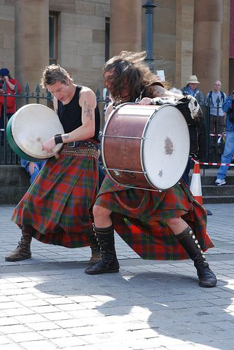 Albannach rocking Edinburgh, right outside the Gallery!!  Aya and Jamesie!  They are so much fun to watch!