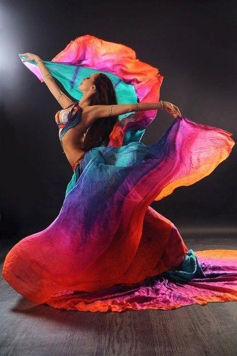 Véu: Ao contrário do que se pensa, é uma dança de origem ocidental norte-americana, tendo sido, portanto, criada há pouco tempo, ao contrário das danças folclóricas. Hoje é uma dança extremamente popular, e mesmo os leigos na Dança do Ventre costumam entende-la e apreciá-la, nos dias atuais o tecido mais aprovado pelas bailarinas é o véu de seda, esvoaçante e colorido, cria um efeito impar durante a dança, fazendo parecer que o tecido dança acompanhando a bailarina.