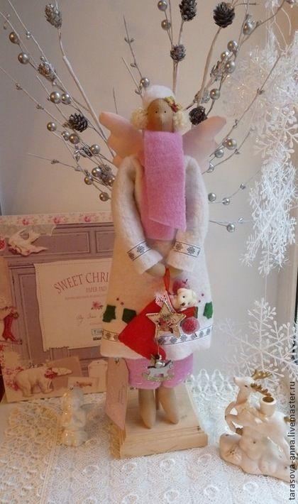 Купить или заказать Зимний ангел Снежинка в интернет-магазине на Ярмарке Мастеров. Зимний ангел выполнен из тканей, с добавлением аксессуаров бренда 'Тильда'. Шубка, штанишки, шарфик и шапочка из нежного шерстяного войлока. Шубка украшена аппликацией из фетра, бисером и тесьмой. В руках держит чулок с подарками. Продается вместе с подставкой.