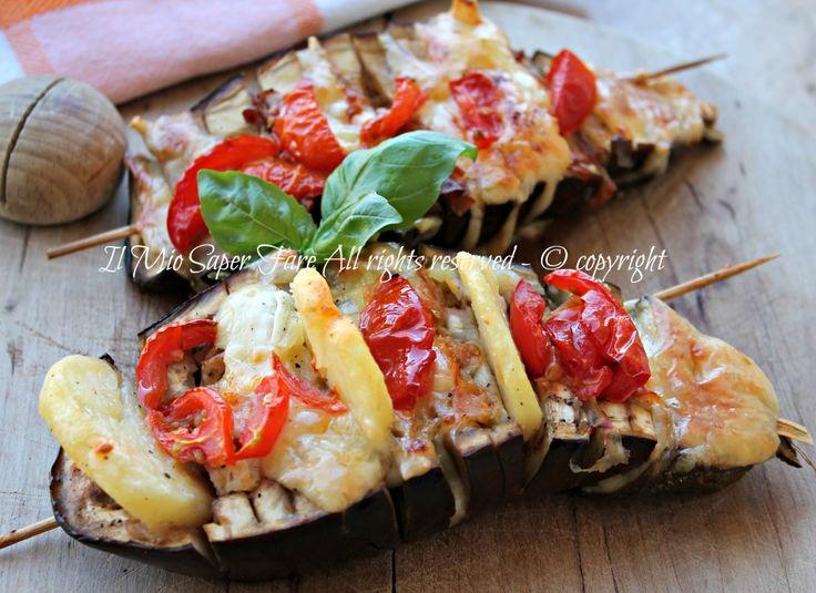 Melanzane fisarmonica cotte in forno: nascondono tra le fette gustose farciture che durante la cottura conferiscono sapore rendendole invitanti e appetitose