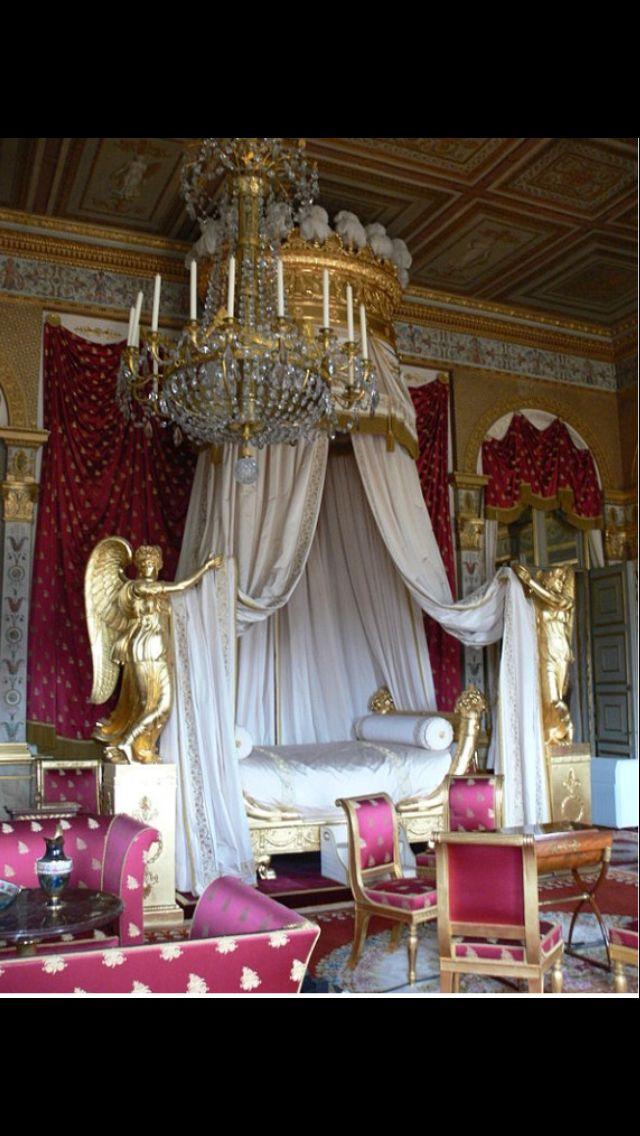 Hemelbed, kasteel van Compiègne, begin 19e eeuw, kenmerken: gouden versieringen, de gouden engelen aan de zijkanten van het bed (gebaseerd op de klassieken), de verfijnde versieringen en de organische ornamenten