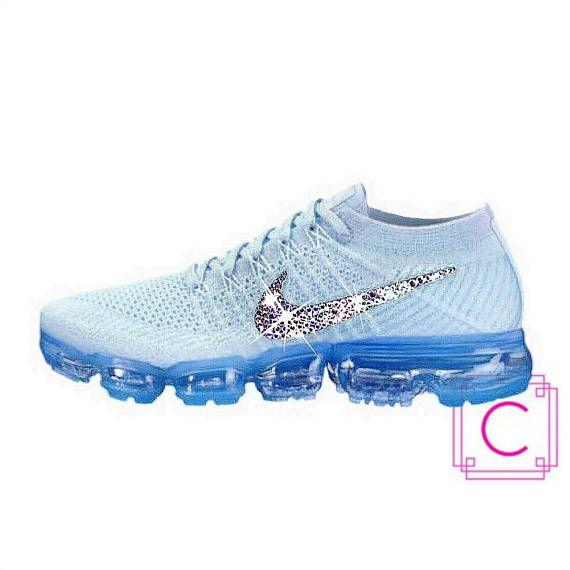Damen Nike® Luft Vapormax Flyknit w/SWAROVSKI® Kristallen ~ UM EINE BESTELLUNG AUFZUGEBEN ~ (1) wählen Sie FINISH an der Kasse: 2 Logos - außen-Logo auf jedem Schuh für insgesamt 2 Logos (wie abgebildet) 4 Logos - außen und innen Logos (alle 4 Logos auf beiden Schuhen) (2) wählen