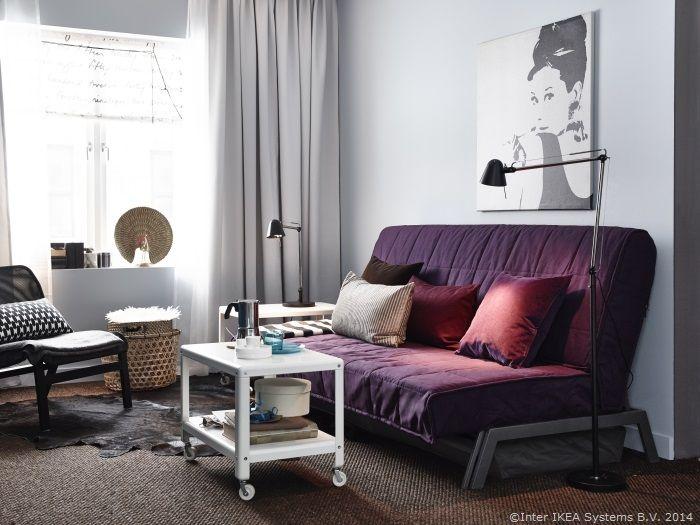 Dacă ai musafiri de Sărbători, canapeaua din sufragerie se poate transforma într-un pat confortabil. www.IKEA.ro/canapea_KARLABY