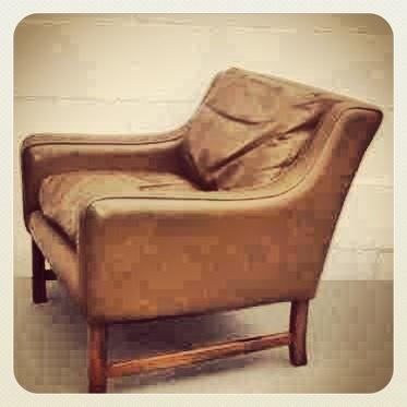 VERKOCHT: Super stoere retro / vintage fauteuil van de designer Borge Mogensen, een prachtig voorbeeld van Deens design uit de 60s en 70s. De fauteuil is bekleed met mooi bruin leer / leder en verkeert in zeer goede staat. Onderstel is van teakhout of pallisander. Prachtig leer! Echt een stoel met uitstraling. Past perfect in een huis vol 2ehands design in retro, vintage of industriele stijl.   Prijs: € 200,- euro    Designer: Børge Mogensen (1914 - 1972) www.daspasdesign.nl