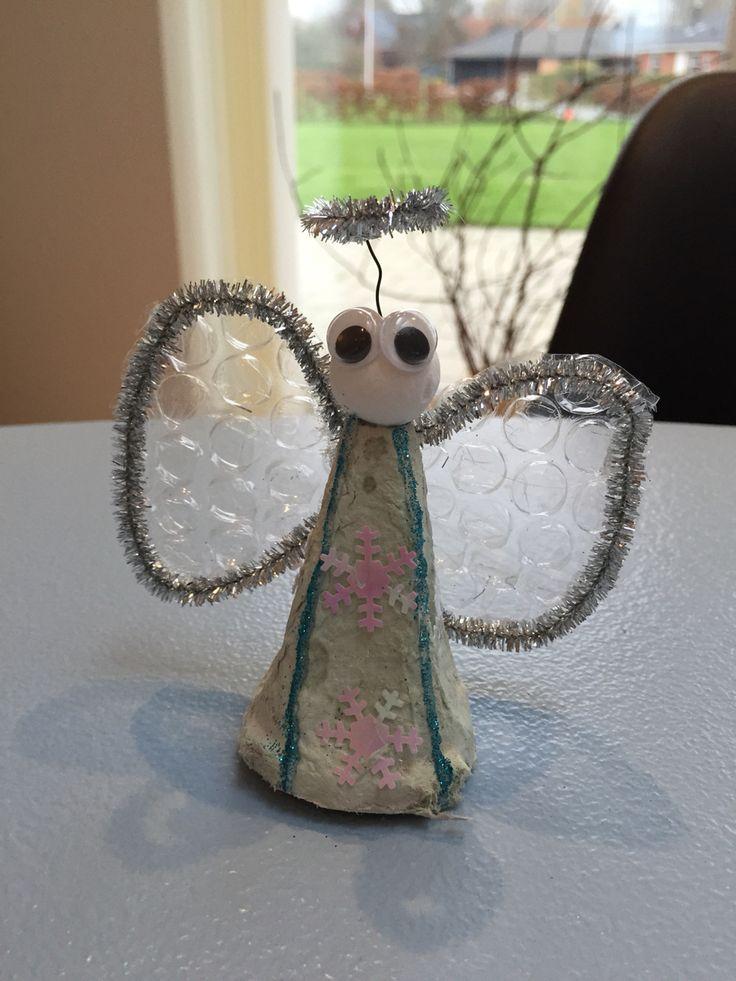 En sjov lille engle - lavet af æggebakker og bobbelplast
