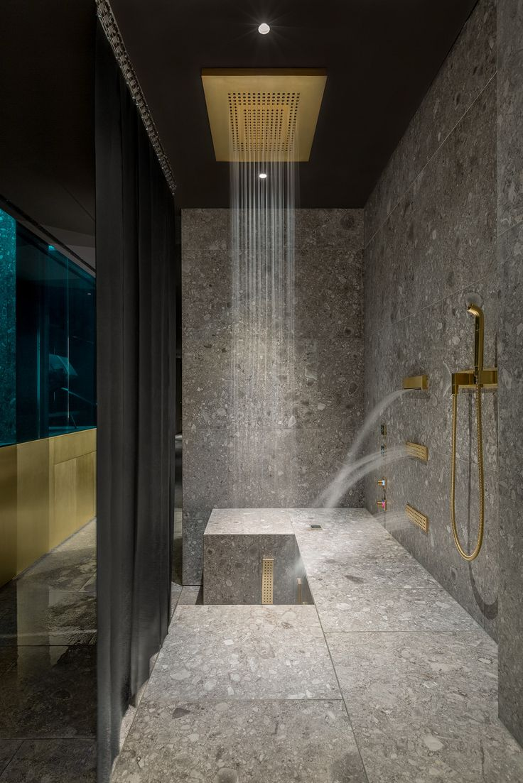 Dornbracht provided the Comfort Shower and Leg Shower in a customised brushed brass finish for the wellness area of the Ceresio 7. Their powerful back massages or alternating hot-and-cold bursts of water aid regeneration after sport.